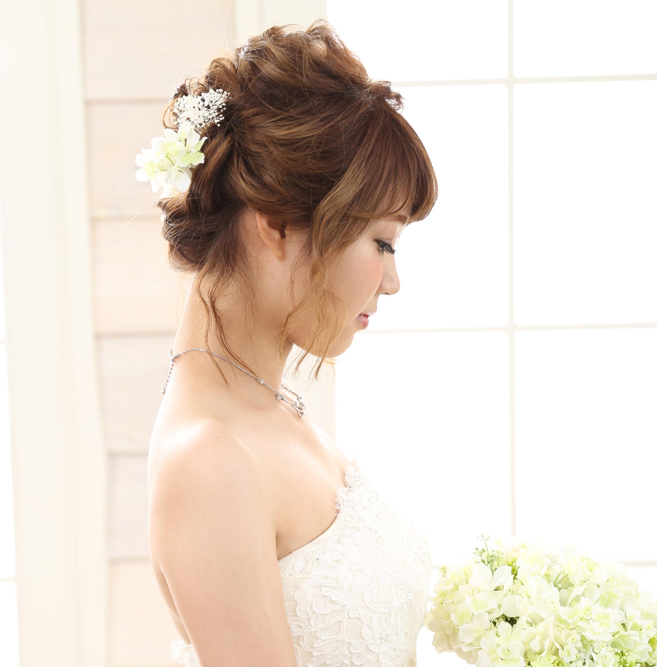 ルーズなアップヘアに後れ毛をプラスした愛され花嫁スタイル♡